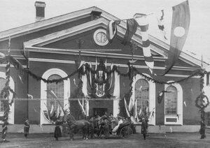 Командование полка у манежа провожает императора Николая II,  приезжавшего  на празднование 250-летнего юбилея Конно-гренадерского полка .