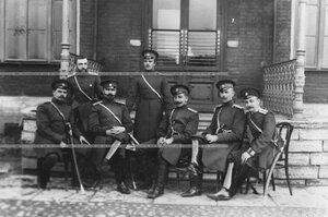 Группа офицеров у здания казарм.