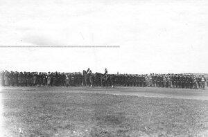 Император Николай II объезжает юнкеров, выстроившихся на военном поле для парада.