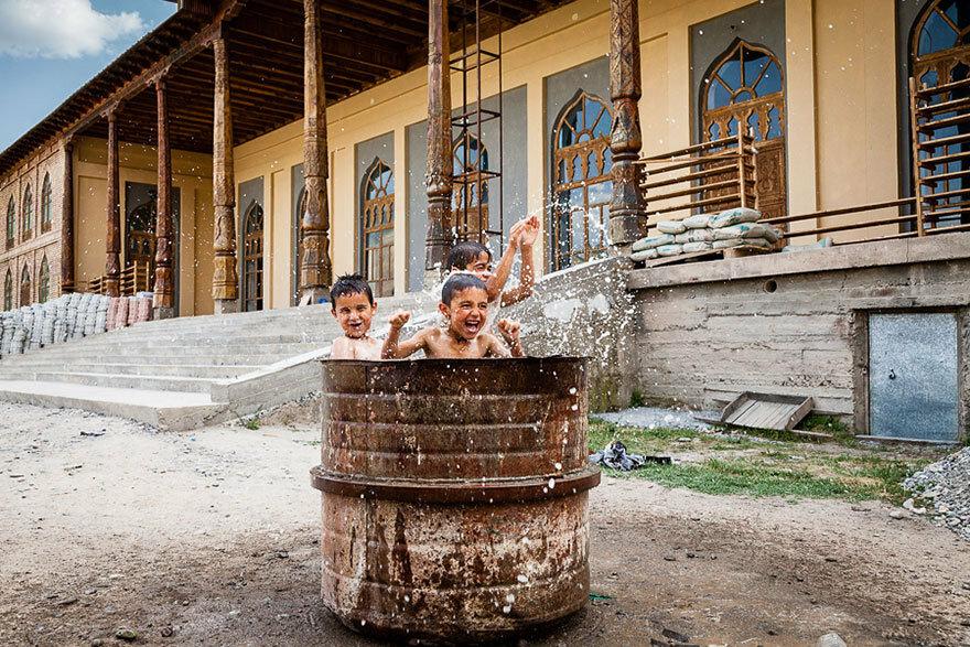 30 великолепных, просто магических фотографий детей разных стран. Такое счастливое детство Tajik children playing in drum of water outside mosque