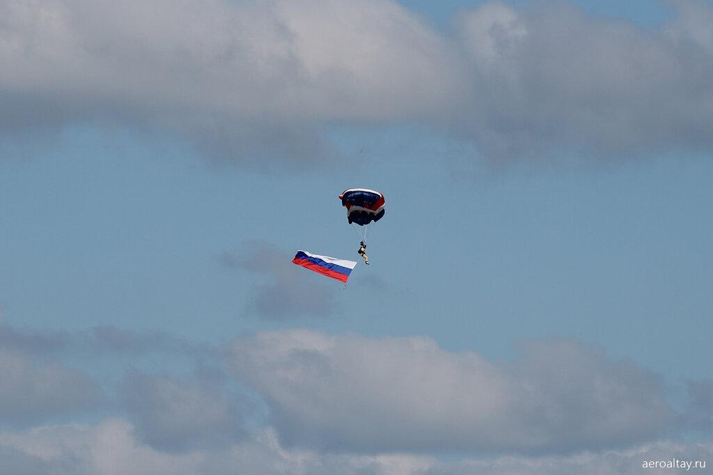 Парашютист с флагом России на авиашоу в Барнауле