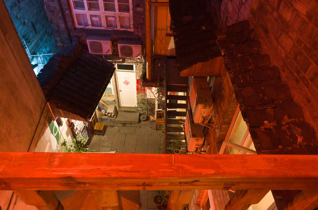 Фото 11. Советую где поселиться в городе Фэнхуан. Дворик нашего хостела. Всё красное, так как слева у фотографа - красный китайский фонарик.