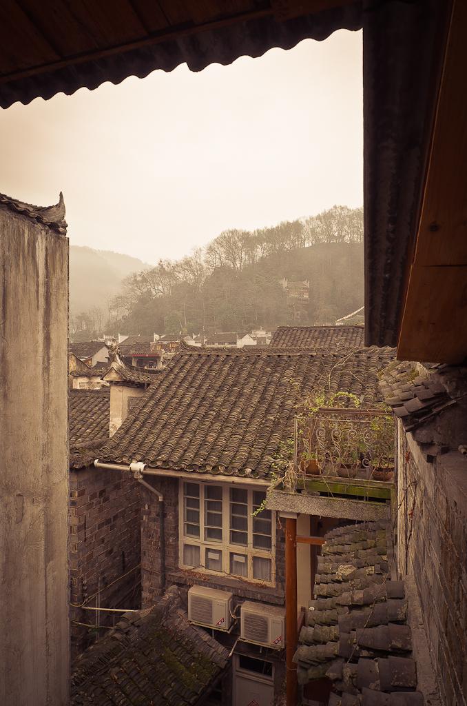 1. Утро в городе Фэнхуан (Fenghuang). Вид с балкона нашего хостела. Отзывы туристов о путешествии по Китаю самостоятельно. Снято на зеркалку Nikon D5100 + объектив Nikon 17-55mm f/2.8G.