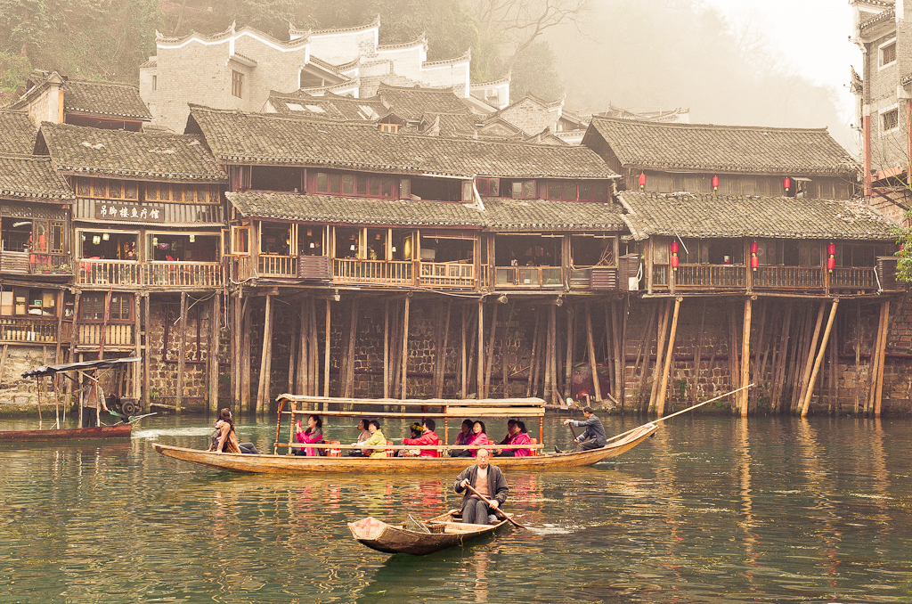 9. Избушки на курьих ножках по-китайски. Такие чудеса можно увидеть в городе Фэнхуан в Китае.