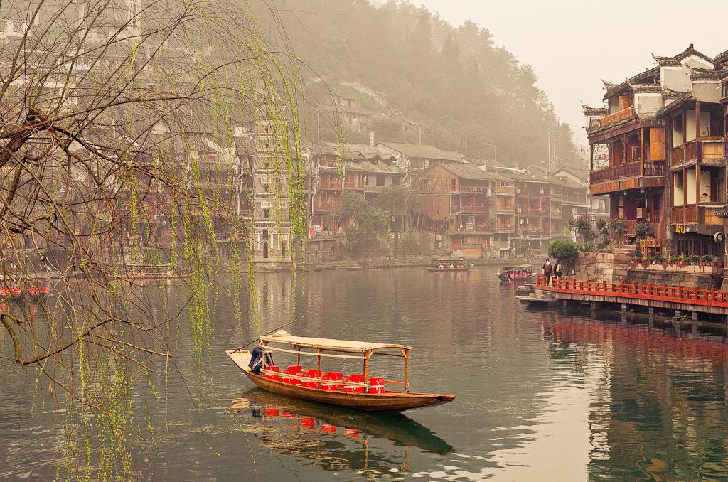 13. В китайской Венеции. Наверное, так можно было бы назвать древний город Фэнхуан (Fenghuang Ancient city) в Сянси-Туцзя-Мяоском автономном округе Китая.