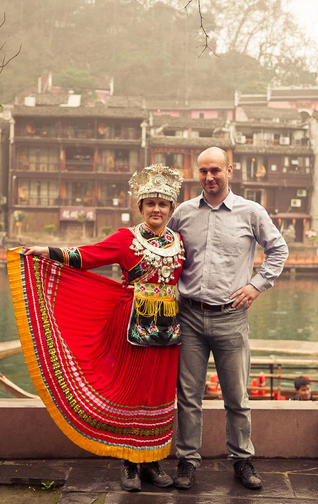 18. Подготовка к Love Story - дело ответственное. Не угадаете с обувью - выступите клоунами... :) Утро в Фенхуане - старинном городке Китая.