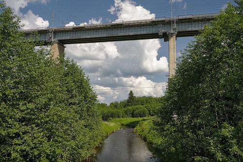 Река Веребушка и мост над ней.