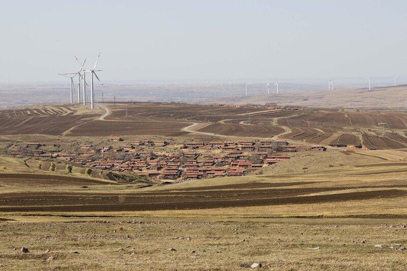 ветровые генераторы и деревня во внутренней монголии, китай