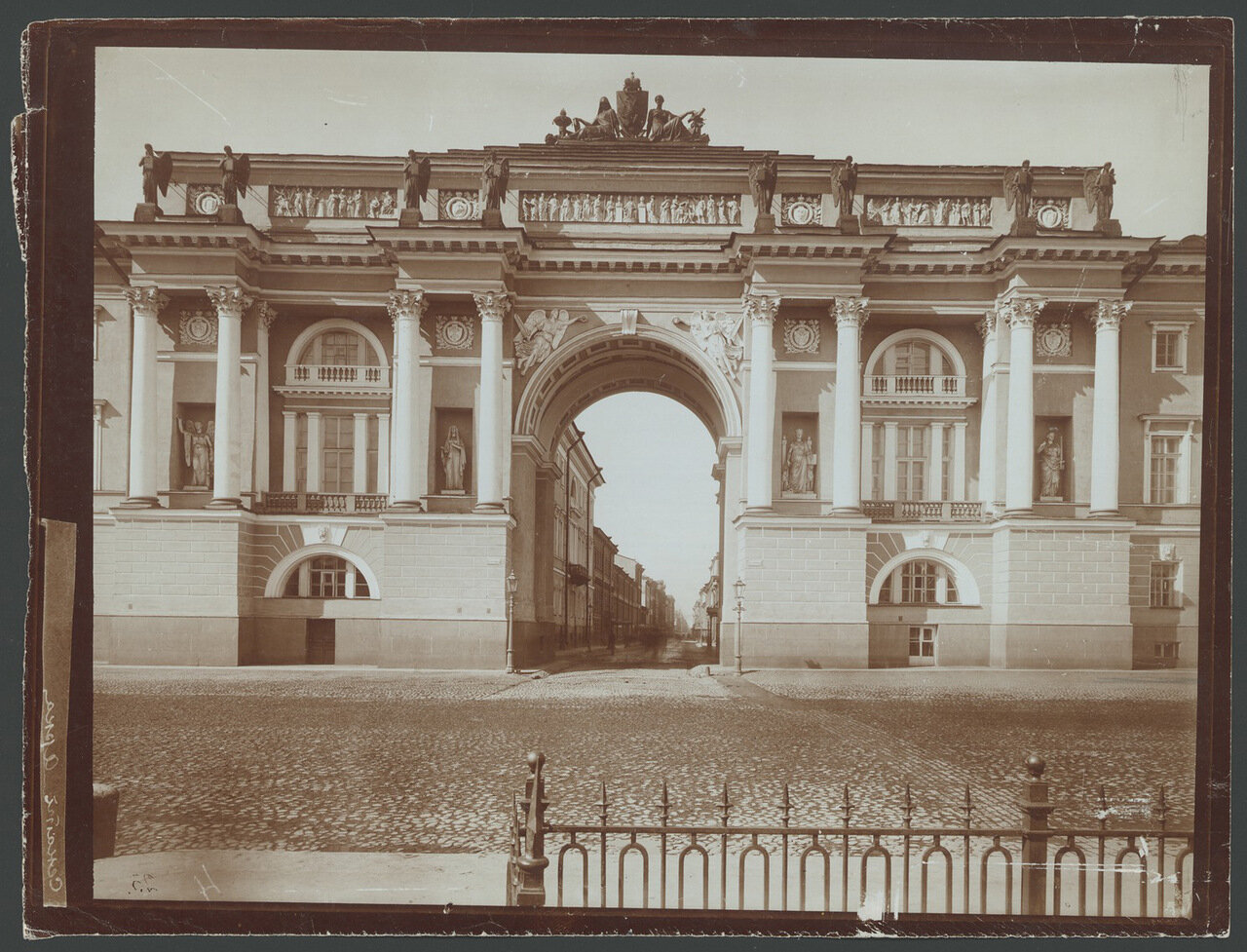 Здание Сената и Синода.