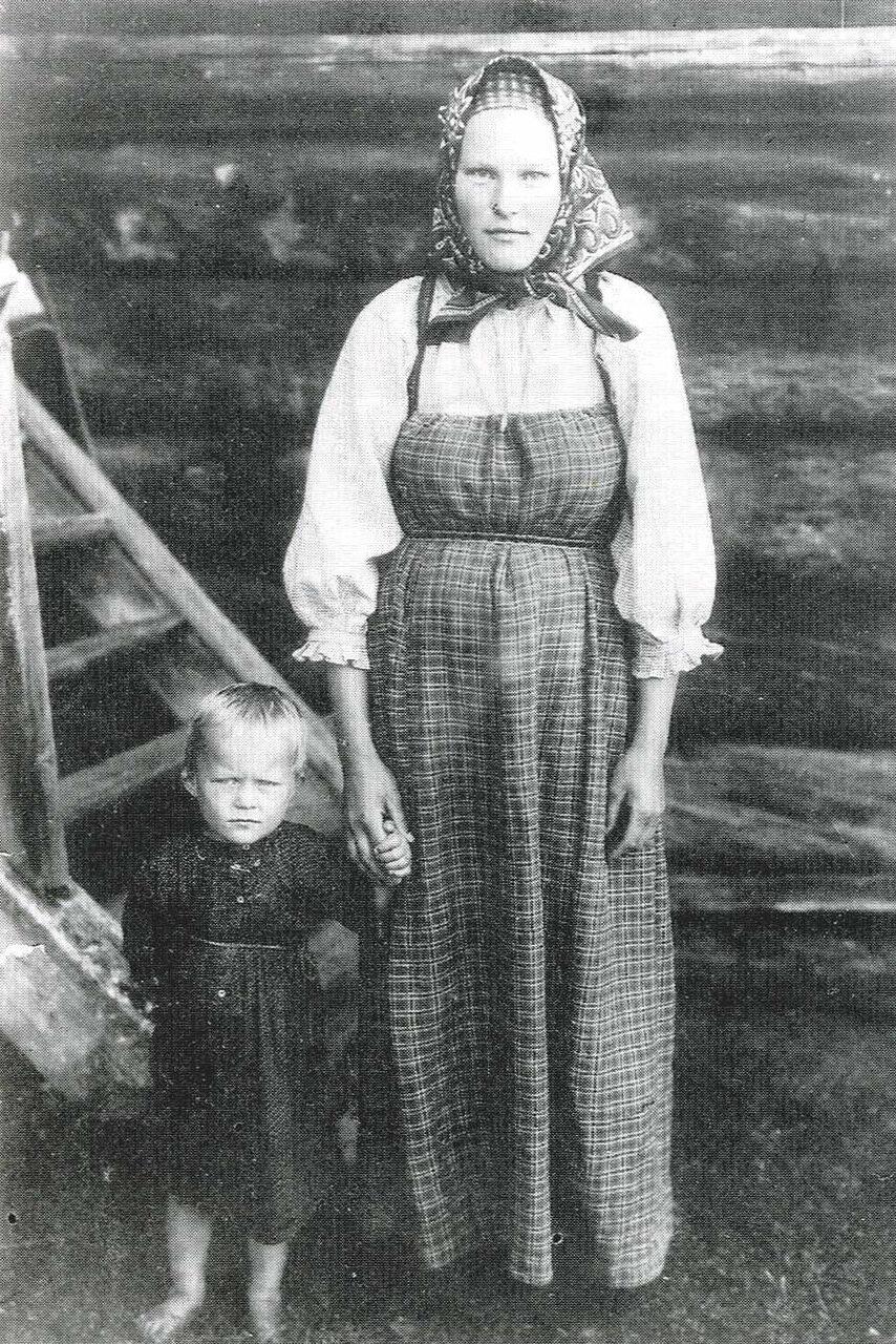 Дочь крестьянина И.Ф. Заозерского с сыном в обычной домашней одежде. вологодская губ.1911г.
