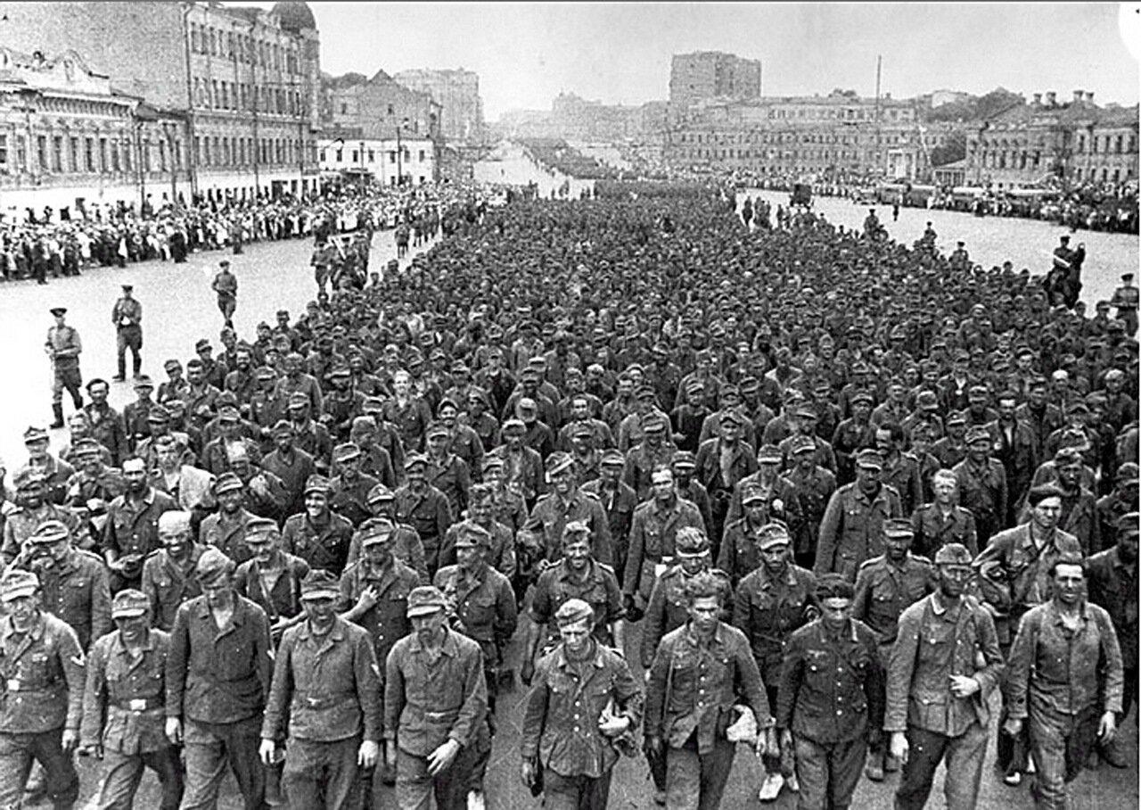1944. Москва. Прохождение 57 000 немецких военнопленных на улицах столицы.