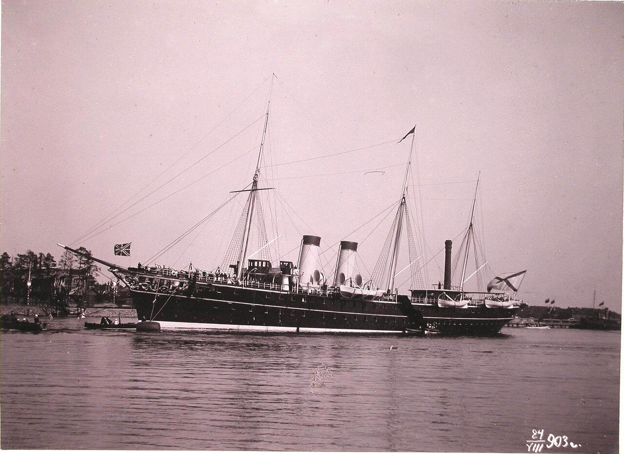 Императорская яхта «Полярная звезда» под брейд-вымпелом императрицы Марии Федоровны в портовом бассейне