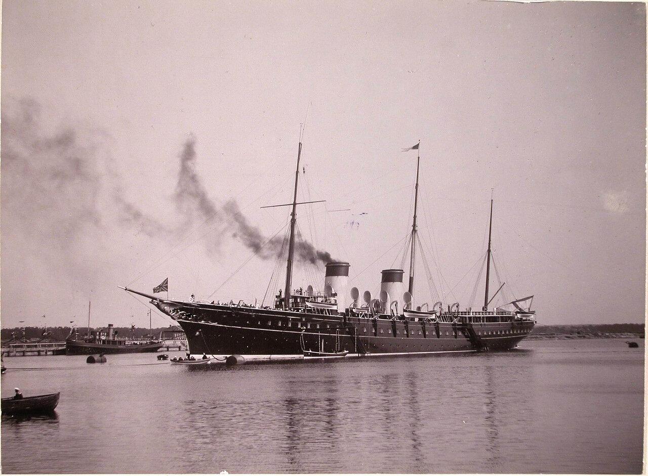 Императорская яхта «Штандарт» под брейд-вымпелом императора Николая II в портовом бассейне