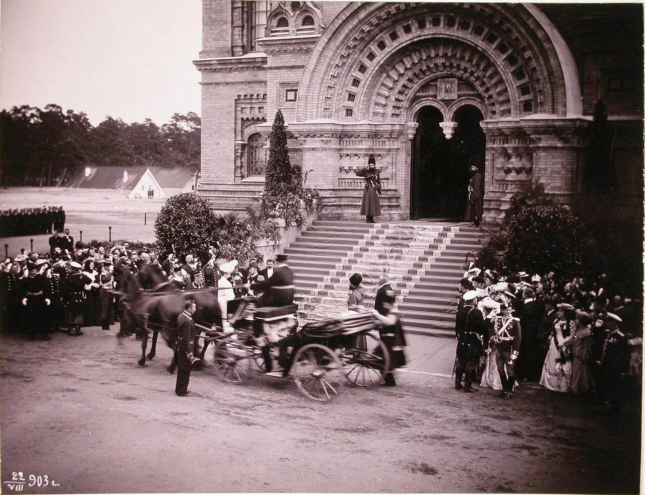 Группа военных, казаки собственного его императорского величества конвоя, горожане встречают прибывающих для освящения Морского собора императора Николая II и императрицу Александру Федоровну