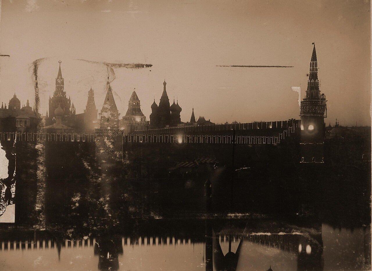 Вид на празднично иллюминированный к торжествам коронации Кремль; слева направо церковь Св. Екатерины Вознесенского монастыря, Спасская башня