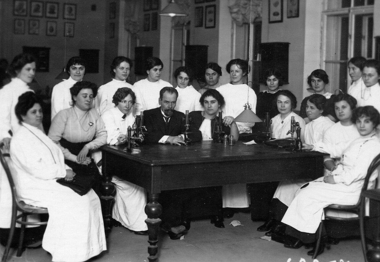 Слушательницы женского медицинского института с преподавателем на занятиях по микробиологии
