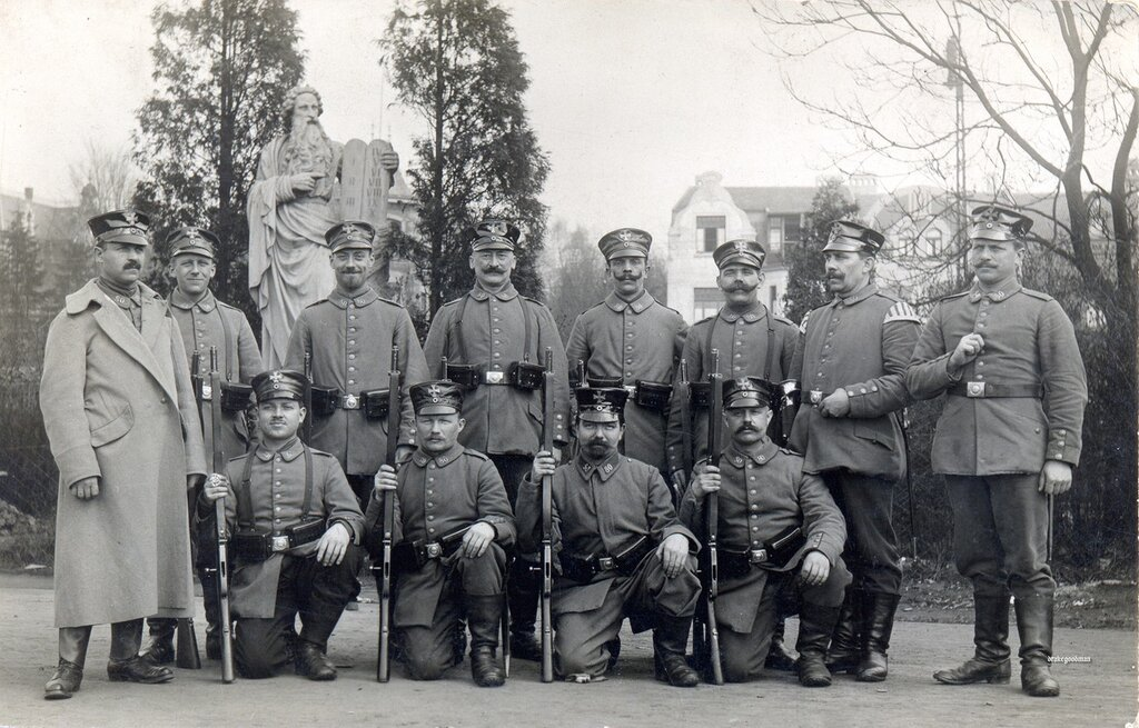 Nothing on reverse.A crisp gruppenbild of men from the 80th Infanterie Brigade equipped with M1889 ammunition pouches supported by their bread-bag straps. They are armed with Gew 88s and S71 bayonets.