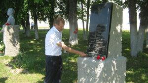 Рябчинская школа. 23 мая 2014 года. Последний звонок. Возложение цветов на Аллее Героев.