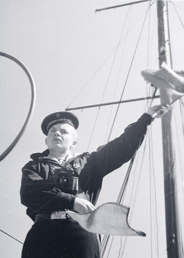 Бывший снайпер морской пехоты И.М. Триков по время практических занятий в школе корабельных боцманов и юнг. Балтийский флот. 1943 г.