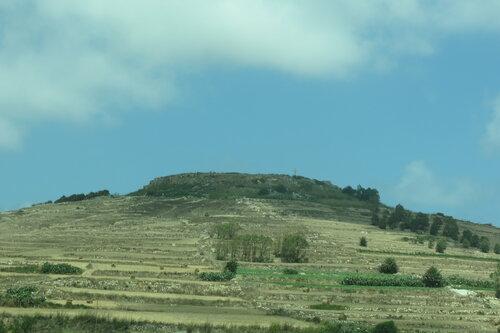 Плоский холм с крестом