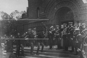 Солдаты лейб-гвардии Кирасирского Его Величества полка во время прощания со старым полковым штандартом у полковой церкви св. мученика Иулиана Тарсийского.