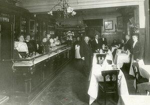 Часть общего зала ресторана и буфетная стойка.