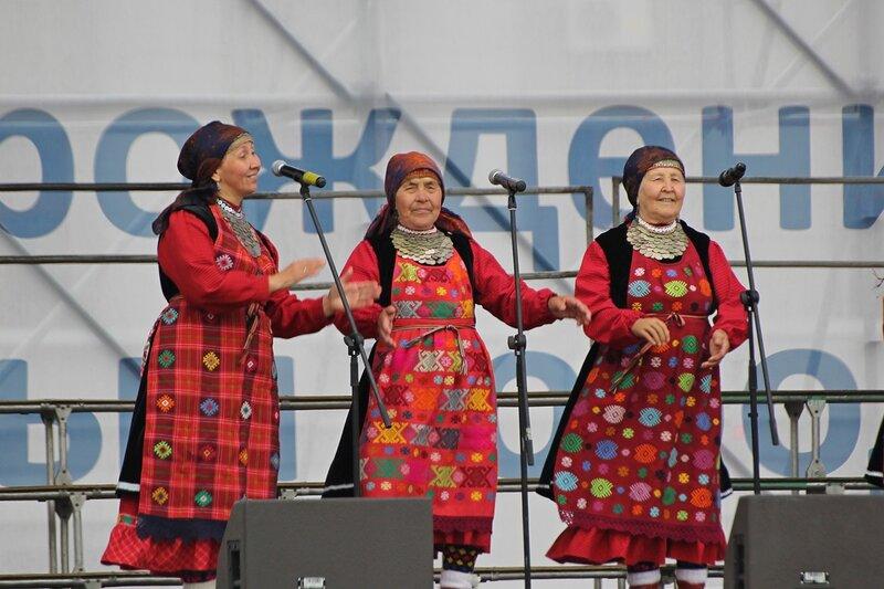 Выступление Бурановских бабушек в день города на Театральной площади в Кирове