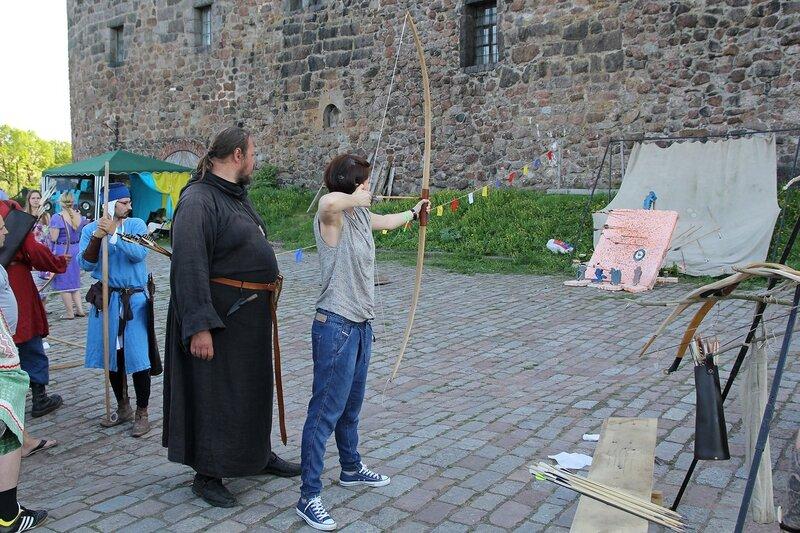 стрельба из лука на верхней площади Выборгского замка - фестиваль «Майское дерево 2014»