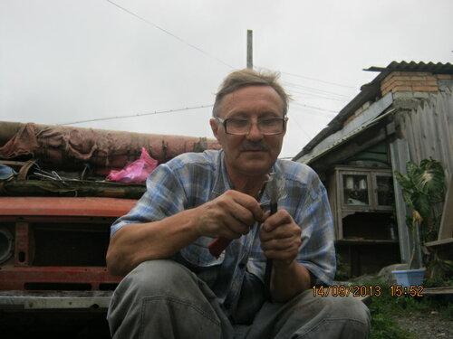 Владимир Николаевич разделывает и готовит термокабель для прикрепления его к трубе