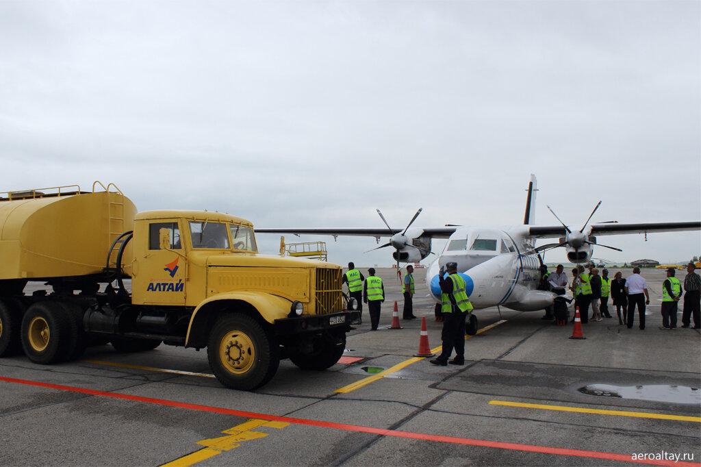 Топливозаправщик и самолет в аэропорту Барнаула