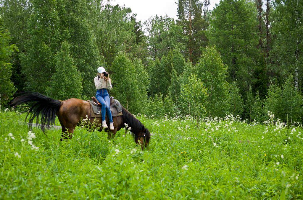 3. Конная прогулка в горы Башкортостана. Настоящий фотограф снимает даже верхом на лошади.
