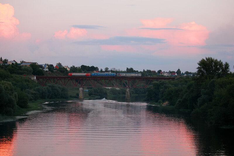Сплотка двух АЧ2 и РА1 на станции Кромская, следует по мосту через реку Ока