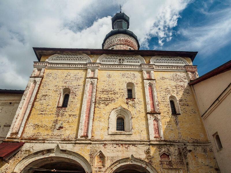 Возведена в 1572 году на вклад сыновей Ивана Грозного — Ивана и Фёдора.