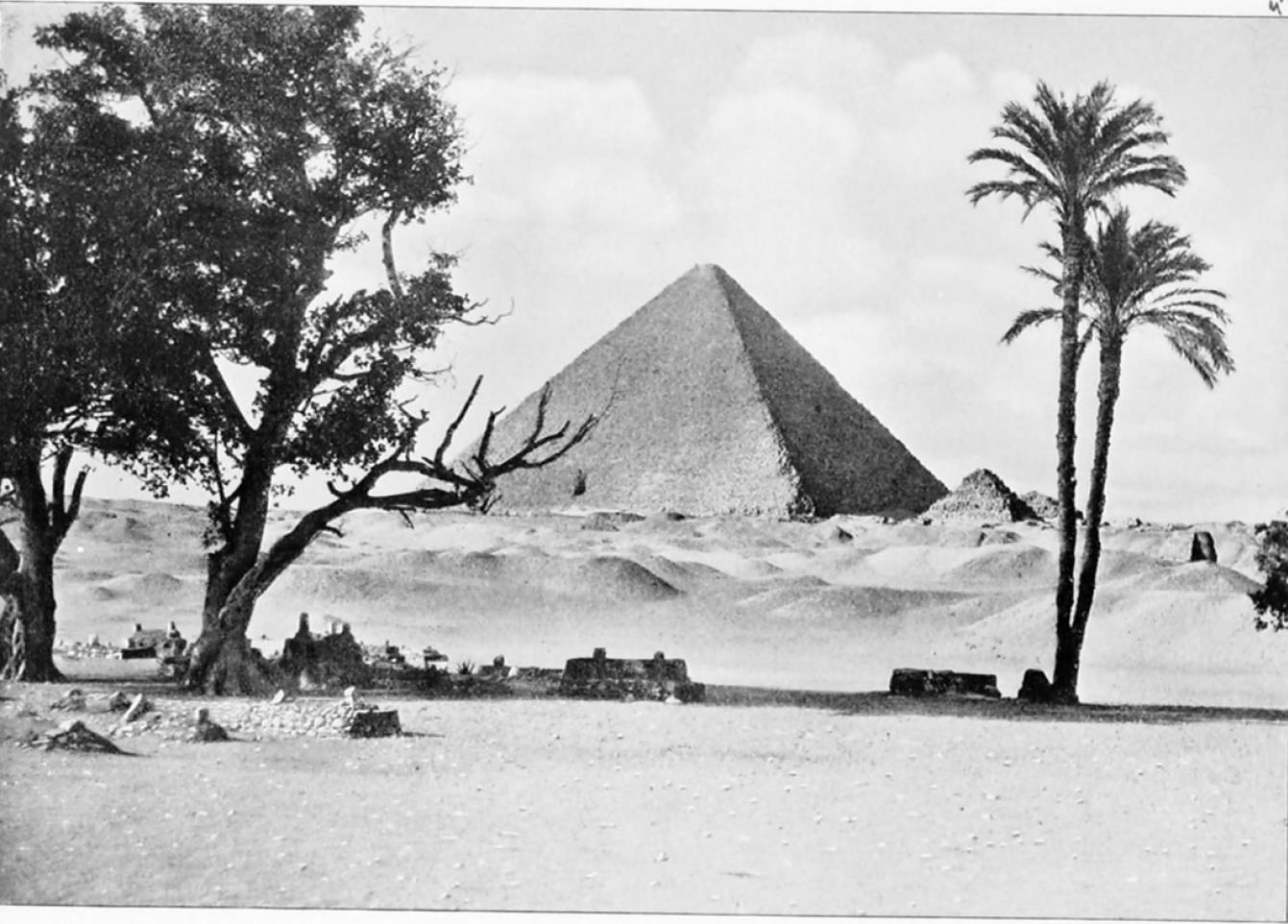 Гиза. Вид на Великую пирамиду из пустыни
