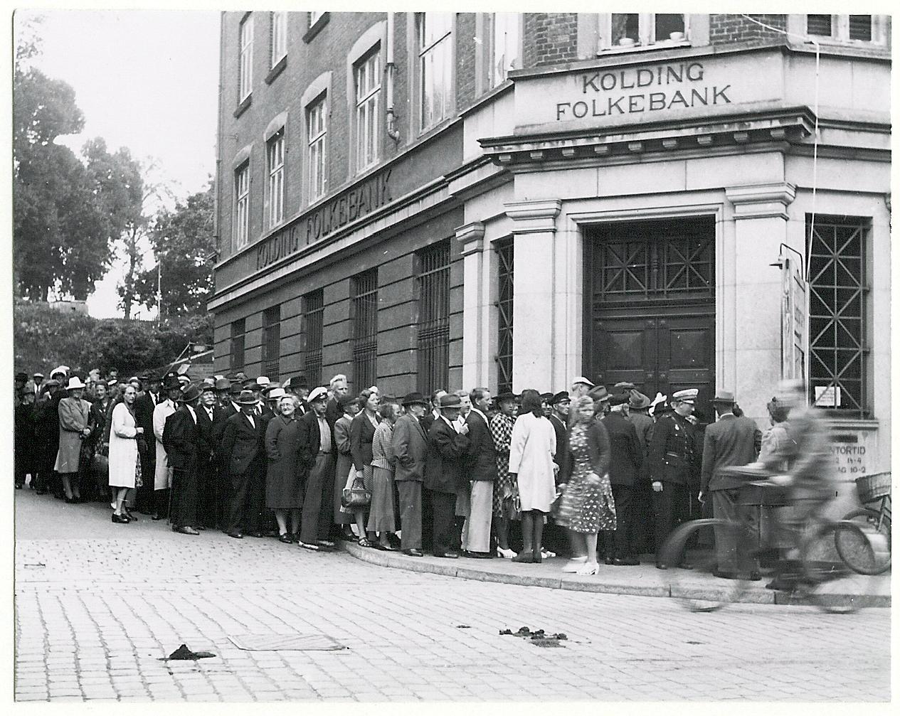 1945. Очередь в банк во время денежной реформы. 23 июля