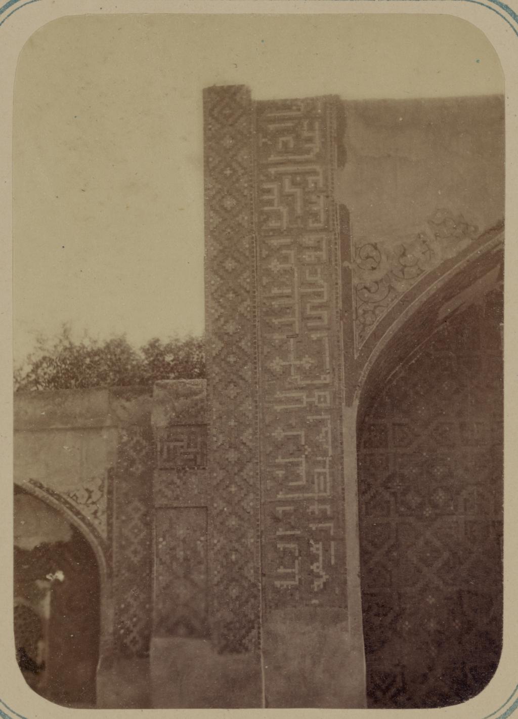 Медресе Надир Диван-Беги. Надписи по сторонам главной ниши южного фасада