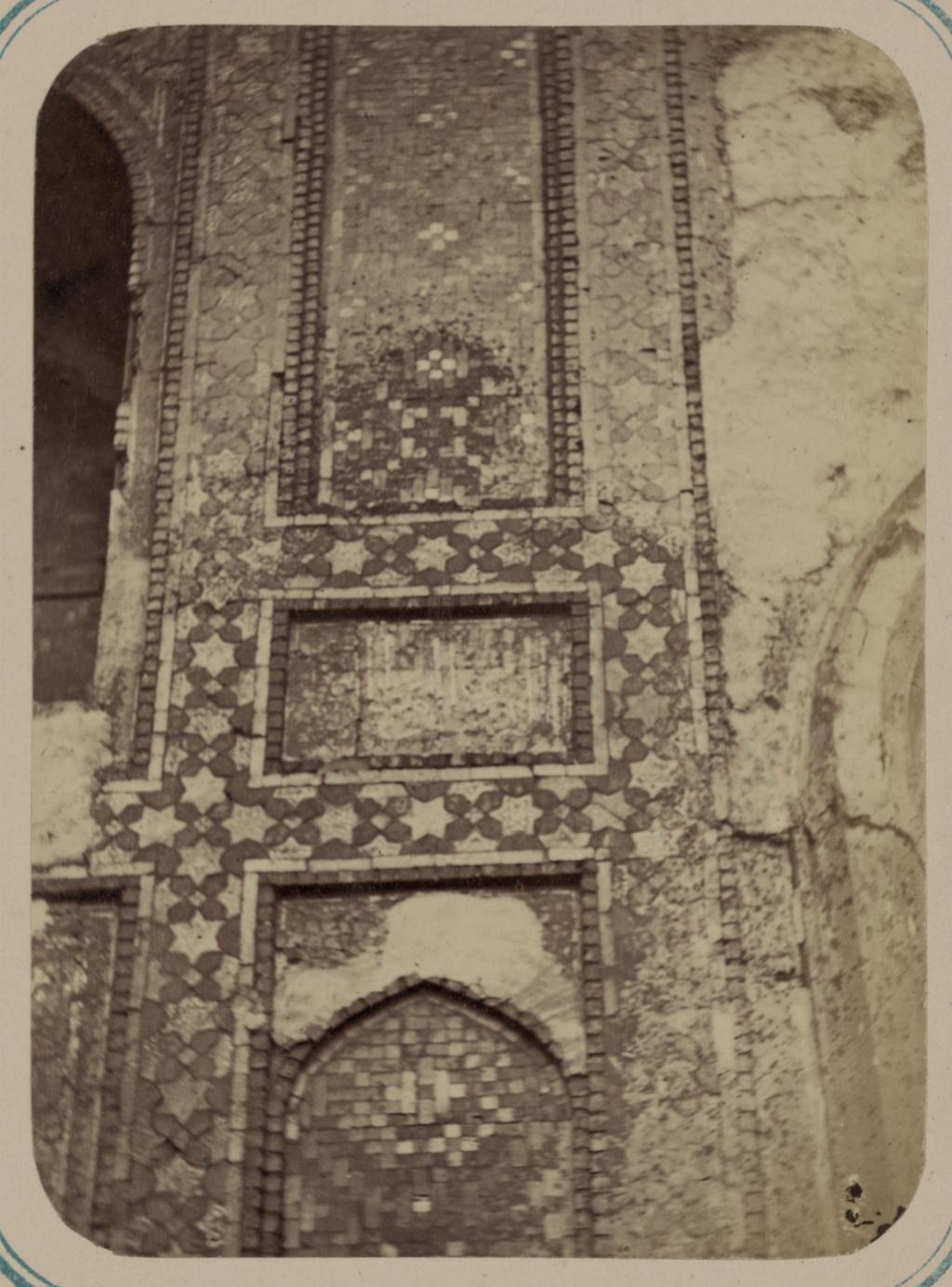 Медресе Шир-Дор. Внутренний двор (восточная сторона). Надпись на правой стороне главной ниши