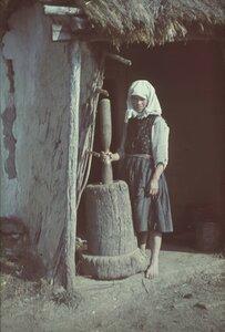 Молодая женщина с пестом