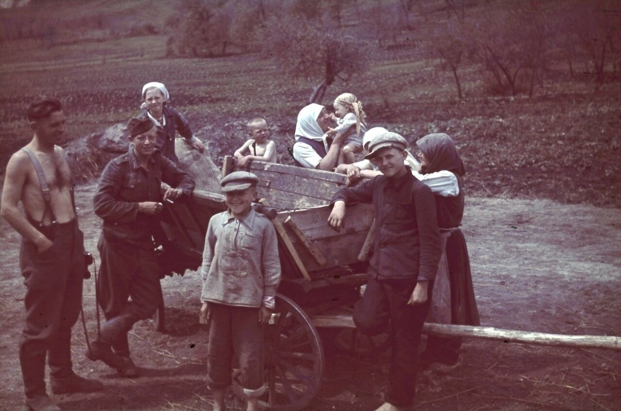 Немецкие солдаты фотографируются с деревенскими жителями