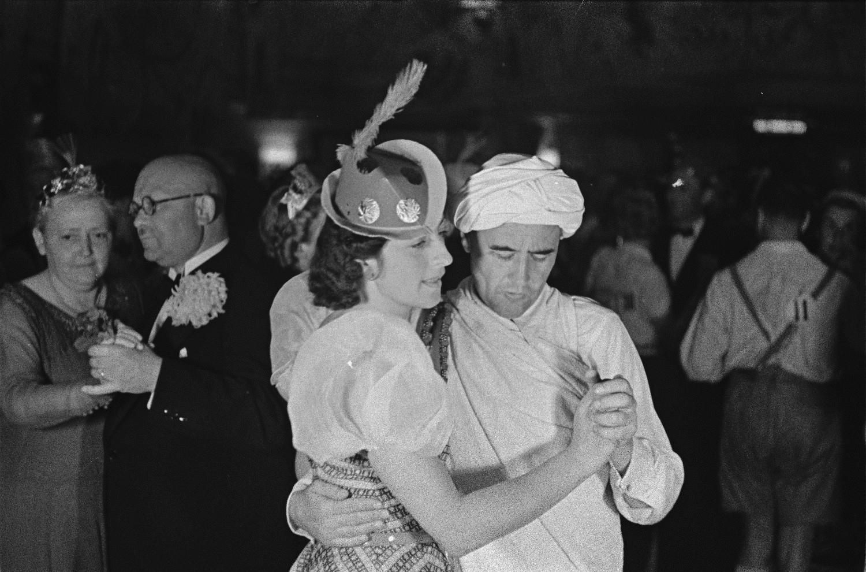 Танцевальный конкурс во время карнавала