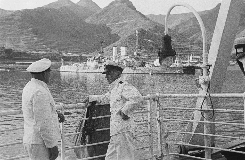 Средиземноморский круиз. «Милуоки» на якоре. Два члена экипажа у перил