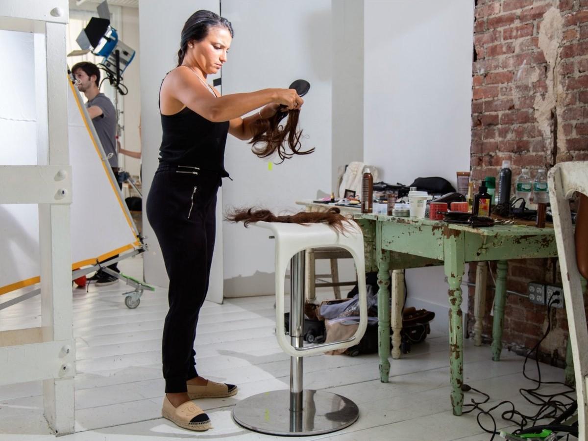Донна Фумозо отвечает за прически и макияж.