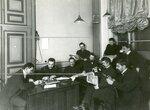 Группа депутатов Второй Государственной думы за чтением газет.