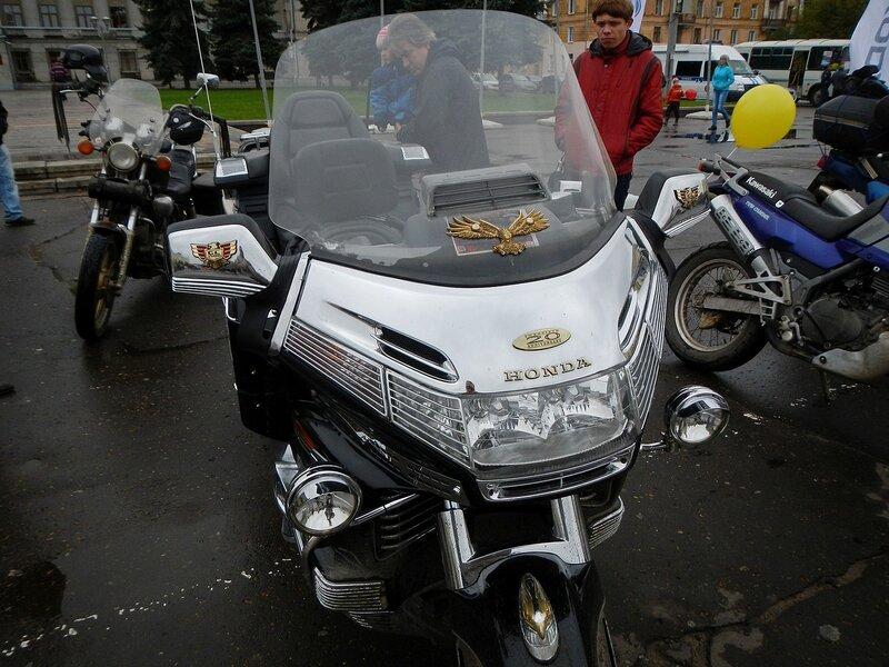 Лобовой щиток Honda Gold Wing на Театральной площади в Кирове Dscn4630