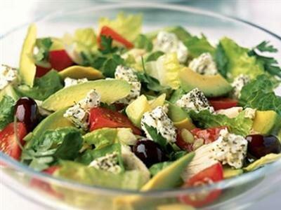 Греческий салат с курицей и сыром фета