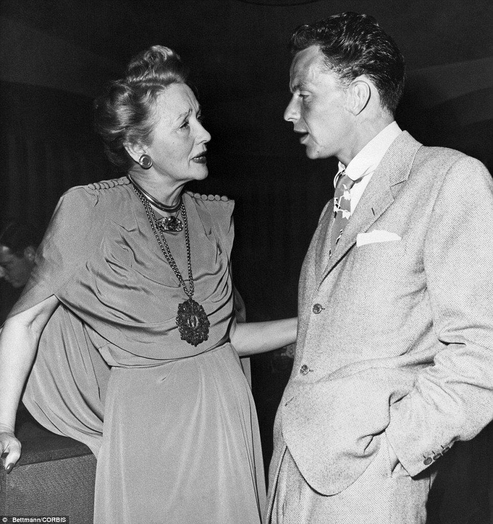 1946. Октябрь. Гедда Хоппер беседует с молодым Фрэнком Синатрой на вечеринке в Сиро