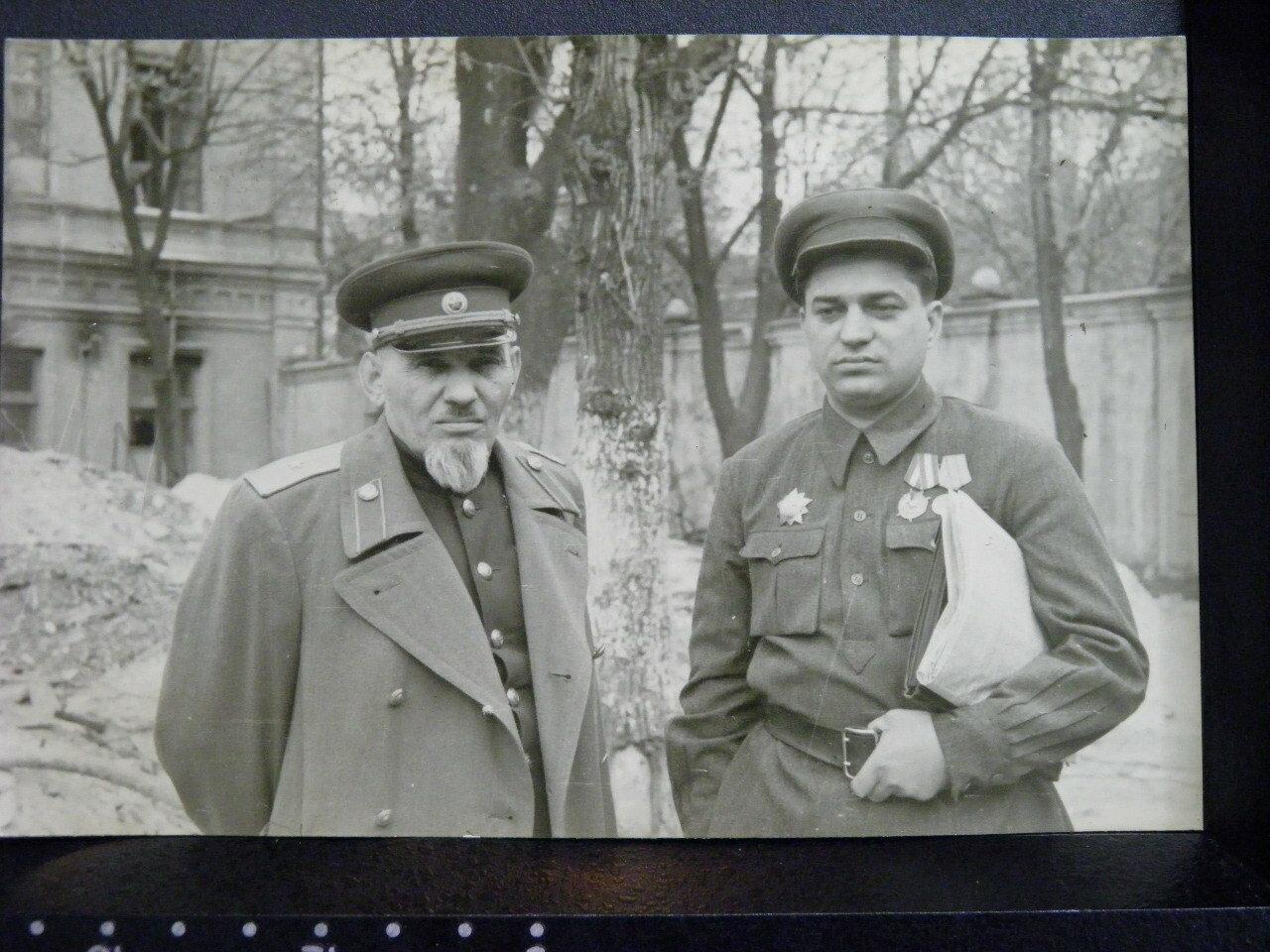 Сидор Артемьевич Ковпак и комиссар Кизя Л.Е. в Киеве. 1947