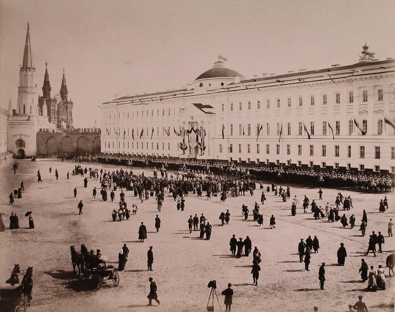Хоры трубачей кавалергардского и конногвардейского полков перед зданием Сената; в центре, у середины фронтагенерал-адъютанты, обер-церемониймейстеры, герольды, церемониймейстеры, сенатские секретари на Сенатской площади
