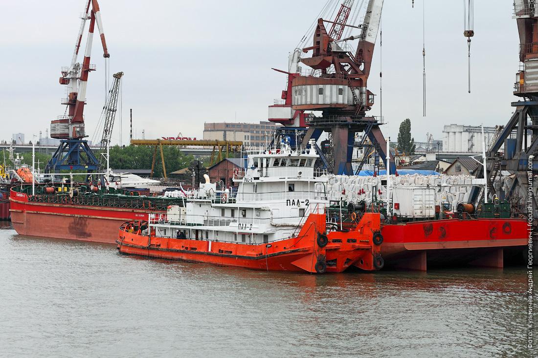 Ростов-на-Дону. Буксир-толкач «ПАЛ-2» и нефтеналивное несамоходное судно «Палойл-2» (2003 года постройки)