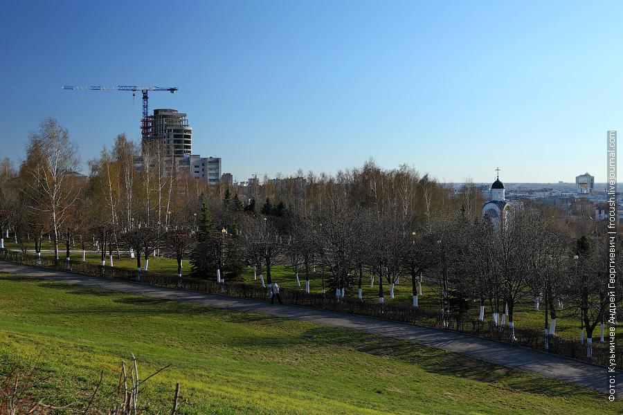Парк победы. Справа на фото Храм-часовня Иоанна-Воина